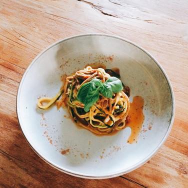 Zucchinispaghetti mit Tomatenpesto