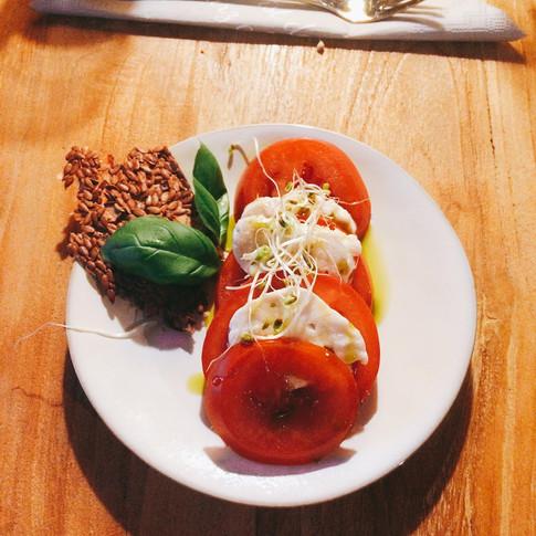 Tomate mit fermentiertem Cashew Käse