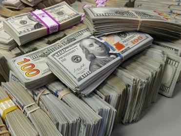 الدولار يتجه للارتفاع للشهر الرابع بفعل توترات التجارة