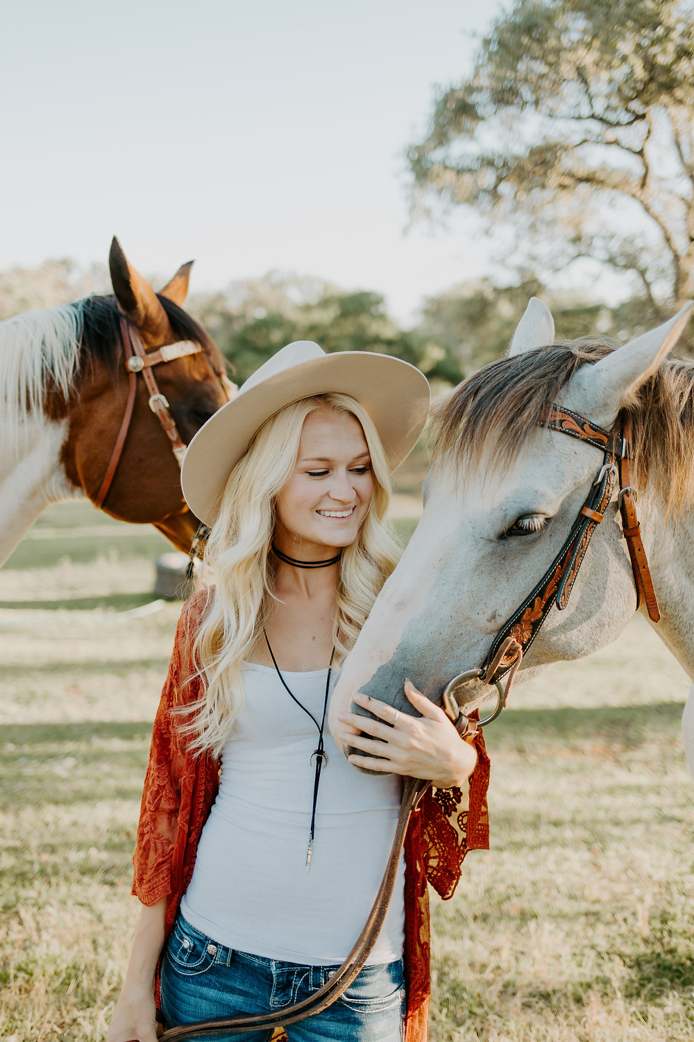 horses-cowgirl-blonde-western-riding