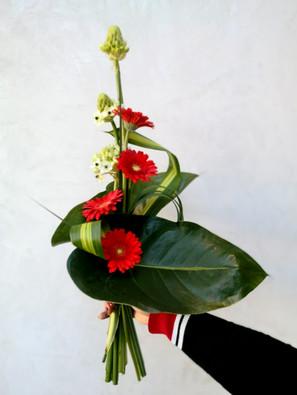 Bouquet moderne dans la main de Fleurs en Couleurs