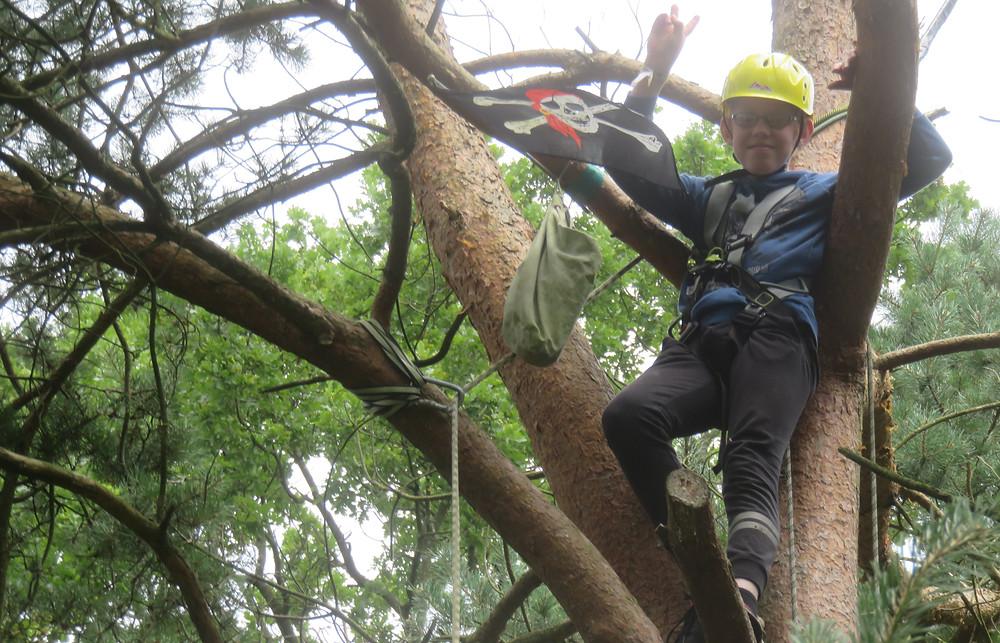 Fabian bei  Baumklettern Jungs Ferien WildnisCamp WILDERLAND