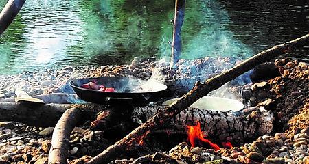 Essen zubereiten über dem Feuer