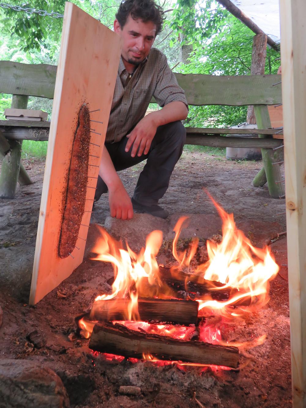 Lachs am Brett am Lagerfeuer zubereitet. Walter Mahnert