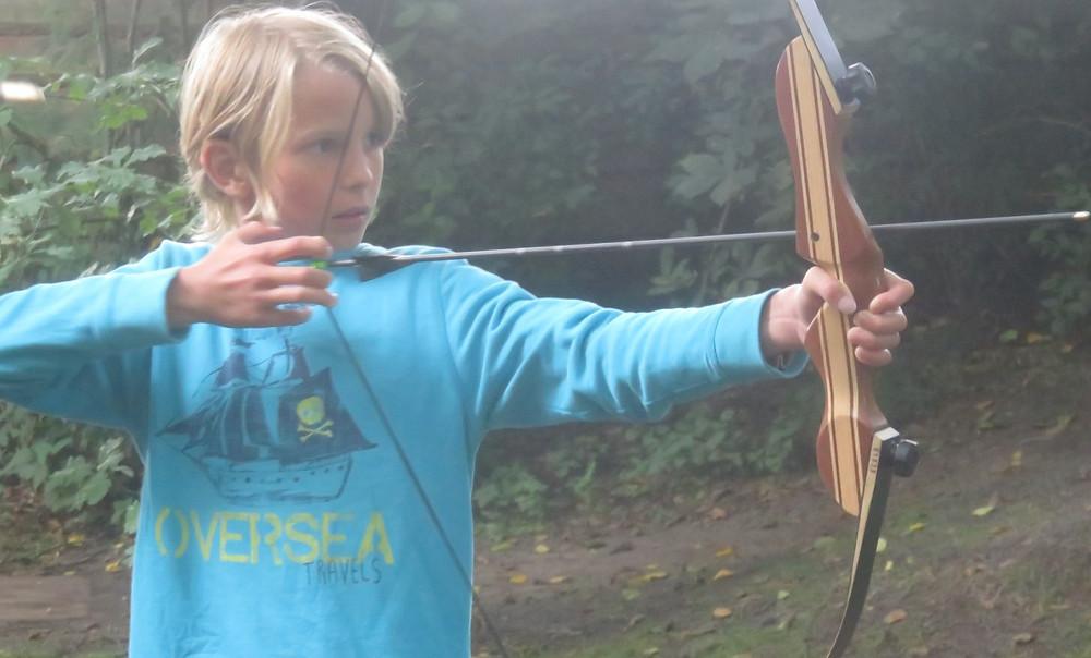 Noah beim Bogenschießen im Jungs WildnisCamp