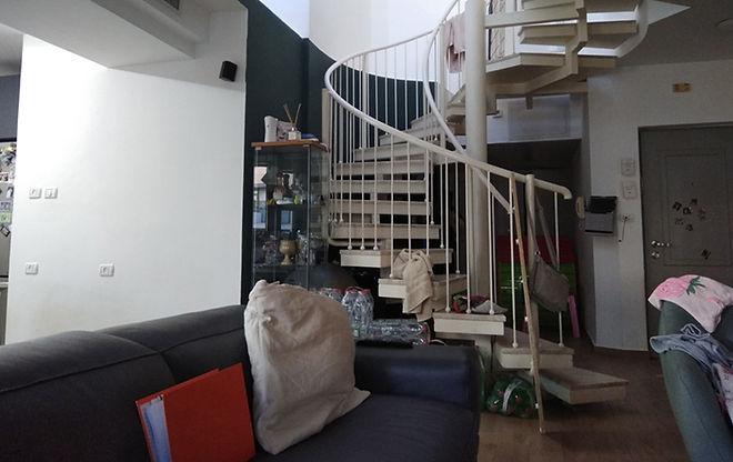 מבט לכיוון המדרגות לפני דופלקס בתל אביב