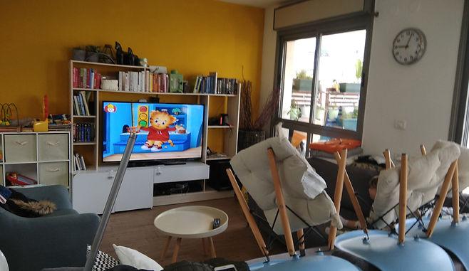 מבט לכיוון הטלויזיה סלון דופלקס בתל אביב