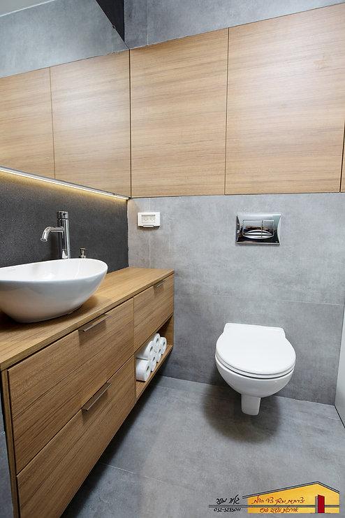 עיצוב חדר אמבטיה הורים ארון סגור מראה רמ