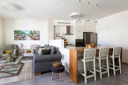 מבט על עיצוב מטבח וסלון בדופלקס בגבעתיים