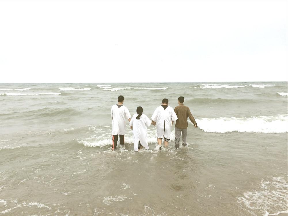 帰国の迫るなか急遽、嵐のオンタリオ湖で受洗(右端が私)