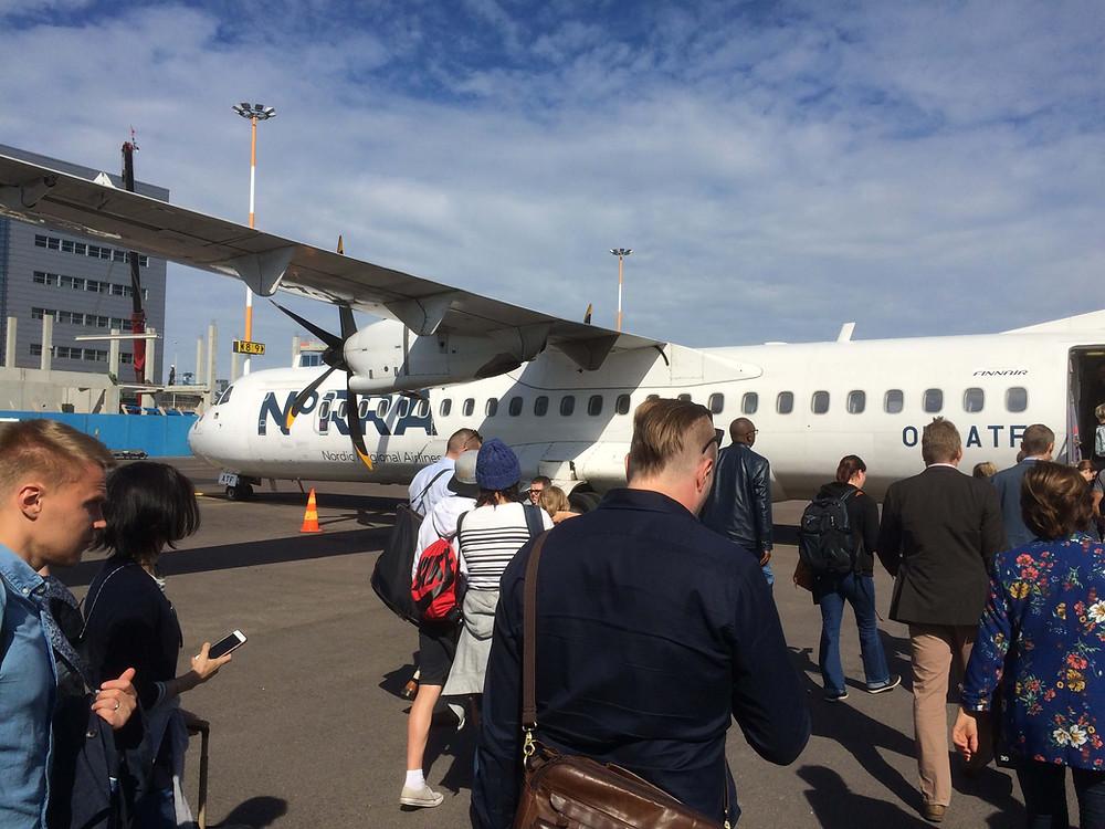クオピオへ向かう飛行機に乗り込む