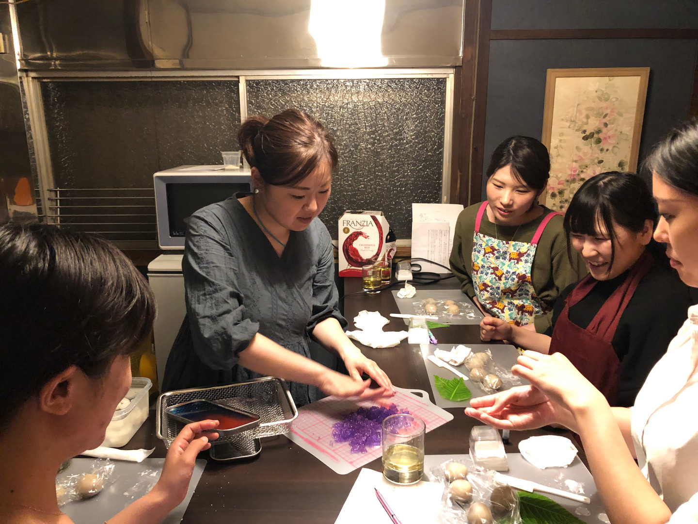 和菓子作りレッスン風景