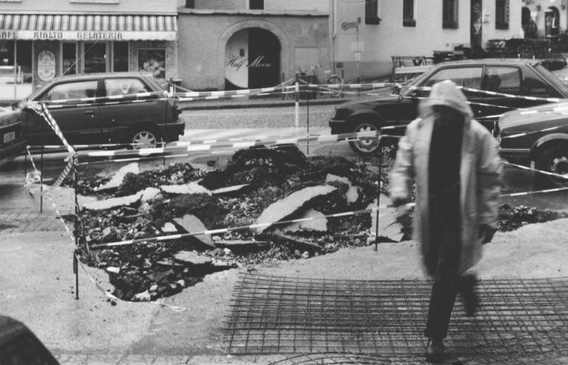 "Lois Weinberger, ""Burning and Walking Slazburg"", 1993, © Salle Principale"
