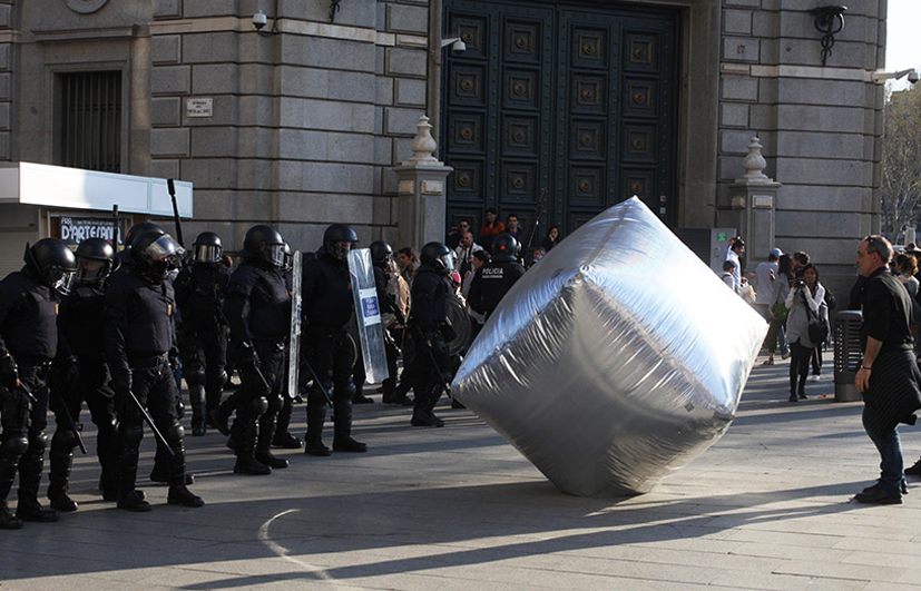 Gavin Grindon, Pavé gonflable géant, Barcelone, 2012, © Oriana Eliçabe - Enmedio.info