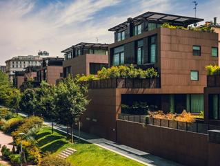A las afueras, de obra nueva y sostenible, la nueva casa de los españoles.