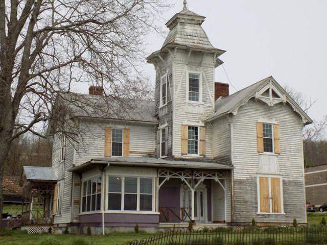 Victorian home in Jonesville, VA