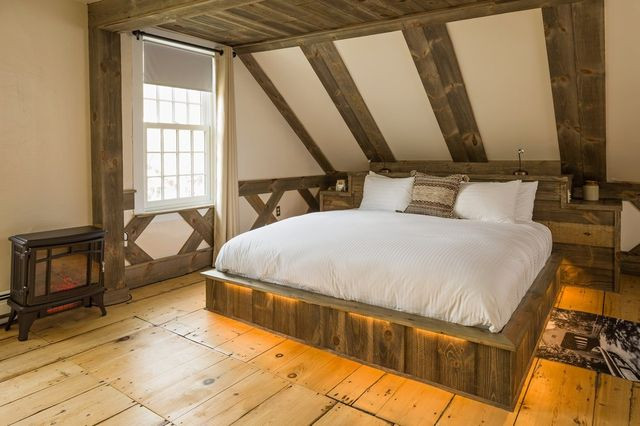 The Willard Room was designed to evoke a covered bridge, with woodwork by a local carpenter who also made the rustic platform bed with recessed lighting.