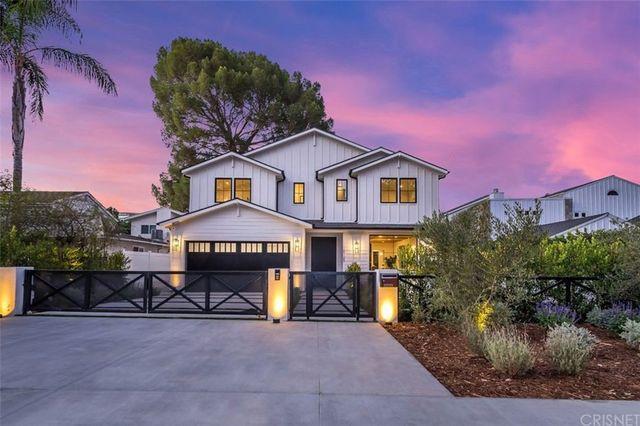 modern farmhouse in Sherman Oaks, CA exterior