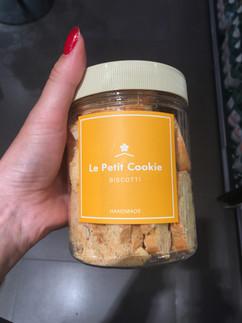 Kavanoz içerisinde kurabiye, ikram etmek çalışırken masada bulundurmak veya çantaya atmak için harika