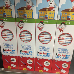 Bildiğimiz Kinder Chocolate yarım metre sunumuyla bizlerle.