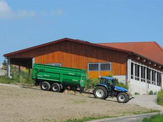 Traktor-vor-Stall.jpg