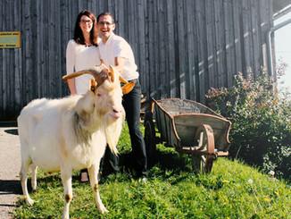 Evelyn und Florian Mayr mit Ziegenbock Alois