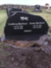 Lindberg Djurhuus, Sanna Djurhuus, gravsteinur, gravsteinar, gravsten, gravestone, føroysk framleiðsla, føroyskt, føroyar, faroe islands, fgv, føroya grótvirki, north atlantic basalt, basaltart, basalt, stone, rock, skopun