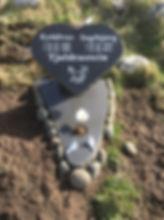 Eyðálvur Tjaldrastein, Ingibjørg Tjaldrastein, gravsteinur, gravsteinar, gravsten, gravestone, føroysk framleiðsla, føroyskt, føroyar, faroe islands, fgv, føroya grótvirki, north atlantic basalt, basaltart, basalt, stone, rock, skopun