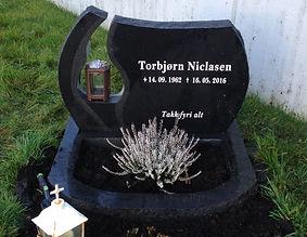 Tórbjørn Niclasen, gravsteinur, gravsteinar, gravsten, gravestone, føroysk framleiðsla, føroyskt, føroyar, faroe islands, fgv, føroya grótvirki, north atlantic basalt, basaltart, basalt, stone, rock, skopun