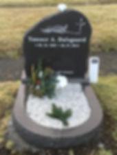 Tønner A. Dalsgaard, gravsteinur, gravsteinar, gravsten, gravestone, føroysk framleiðsla, føroyskt, føroyar, faroe islands, fgv, føroya grótvirki, north atlantic basalt, basaltart, basalt, stone, rock, skopun
