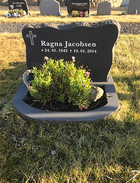 Ragna Jacobsen, gravsteinur, gravsteinar, gravsten, gravestone, føroysk framleiðsla, føroyskt, føroyar, faroe islands, fgv, føroya grótvirki, north atlantic basalt, basaltart, basalt, stone, rock, skopun