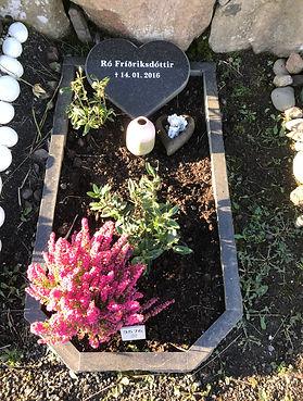 Ró Fríðriksdóttir, gravsteinur, gravsteinar, gravsten, gravestone, føroysk framleiðsla, føroyskt, føroyar, faroe islands, fgv, føroya grótvirki, north atlantic basalt, basaltart, basalt, stone, rock, skopun