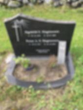 Signhild S. Magnussen, Petur A. S. Magnussen, gravsteinur, gravsteinar, gravsten, gravestone, føroysk framleiðsla, føroyskt, føroyar, faroe islands, fgv, føroya grótvirki, north atlantic basalt, basaltart, basalt, stone, rock, skopun