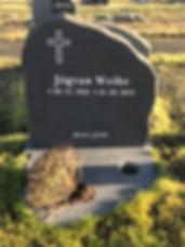 Jógvan Weihe, gravsteinur, gravsteinar, gravsten, gravestone, føroysk framleiðsla, føroyskt, føroyar, faroe islands, fgv, føroya grótvirki, north atlantic basalt, basaltart, basalt, stone, rock, skopun
