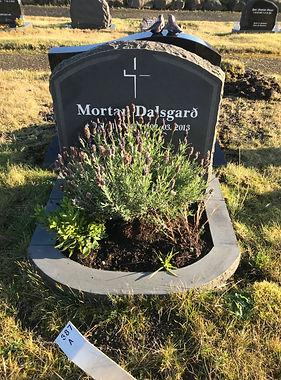 Mortan Dalsgarð, gravsteinur, gravsteinar, gravsten, gravestone, føroysk framleiðsla, føroyskt, føroyar, faroe islands, fgv, føroya grótvirki, north atlantic basalt, basaltart, basalt, stone, rock, skopun