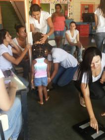 Universitários realizando medições na Educação Infantil