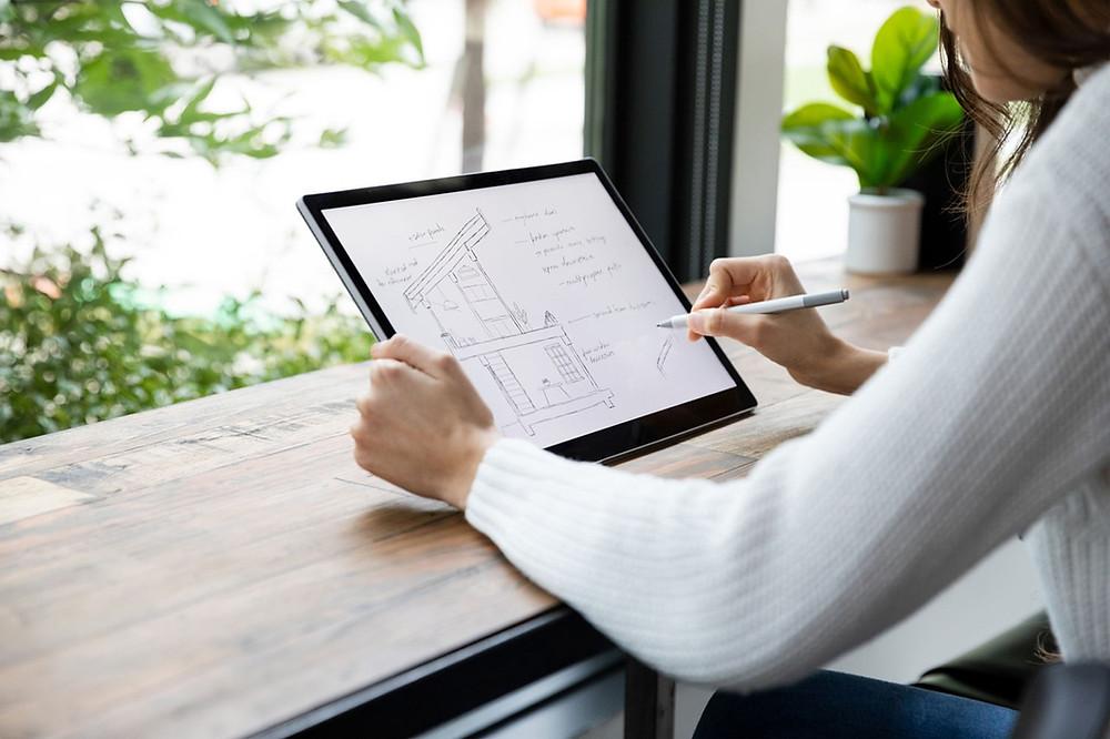 Empresária criando um Projeto