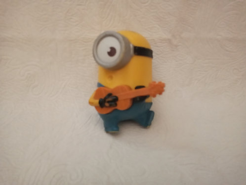Minion com violão - brinde do McDonalds