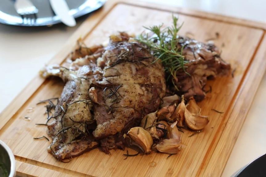 Préparation de viande d'agneau cuite