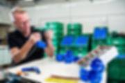 Medewerker van GTV assembleet stopcontacten
