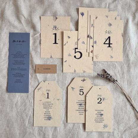 Menu, plan de table, marque-place mariage bleu papier artisanal fleurs séchées