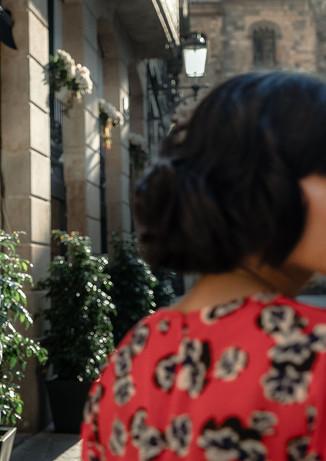 Pareja mira en direcciones opuestas en las calles de Barcelona