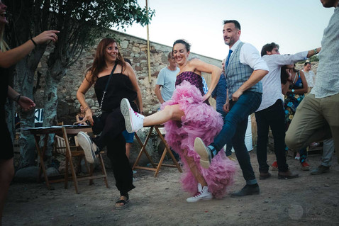 La novia baila alegre junto a dos invitados
