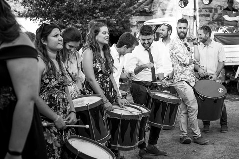 Invitados a una boda se preparan para tocar los tambores junto a la novia