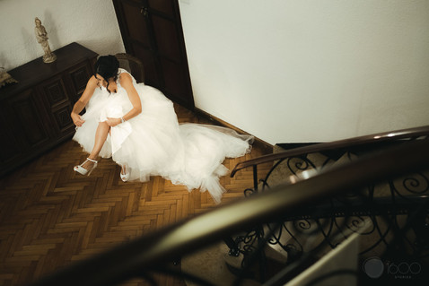 Una novia se prepara arreglando su vestido
