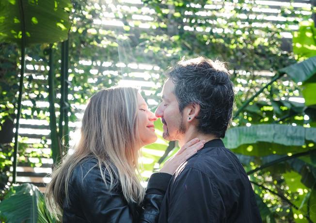 Novios a contraluz por darse un beso