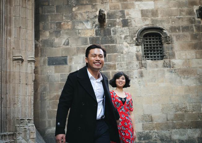 Novio lleva a su novia de la mano, mientras caminan por barrio El Gotico