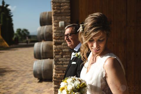 La novia junto a su padre esperan el momento para dirigirse al altar