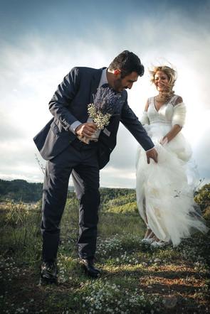 Novio ofrece su mano a su novia, para bajar un montículo