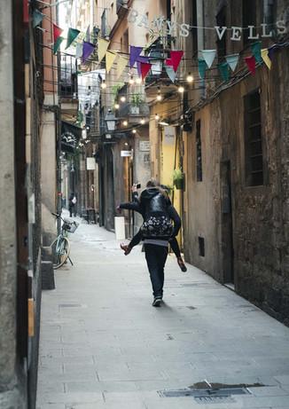 Pareja se aleja caminando en dirección desconocida por las calles de El Born